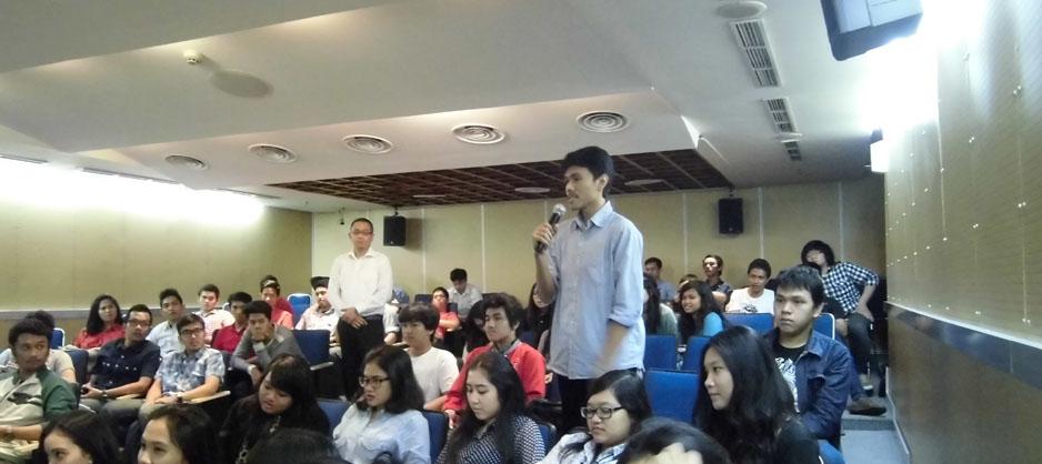 Mahasiswa BL mengajukan pertanyaan kepada narasumber di suatu seminar