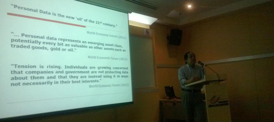 Prof. Abu Bakar Munir sedang memaparkan materi Data Privacy Law
