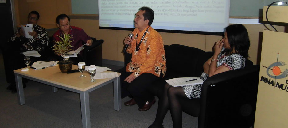 Aad Rusyad Nurdin, ahli hukum perbankan BL BINUS saat menyampaikan paparan dalam sebuah seminar