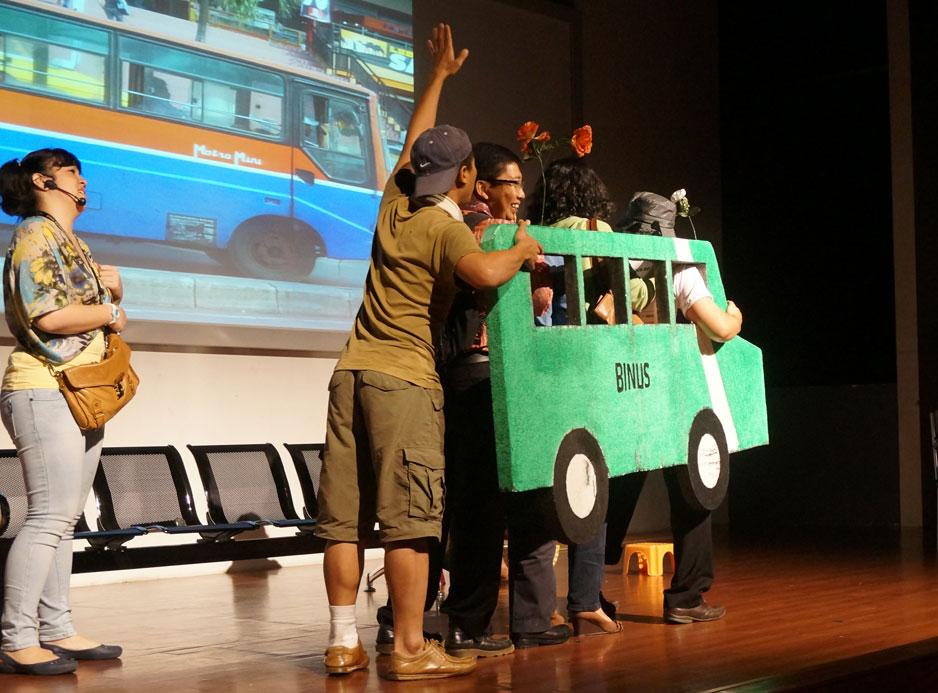 Adegan naik bis di atas panggung