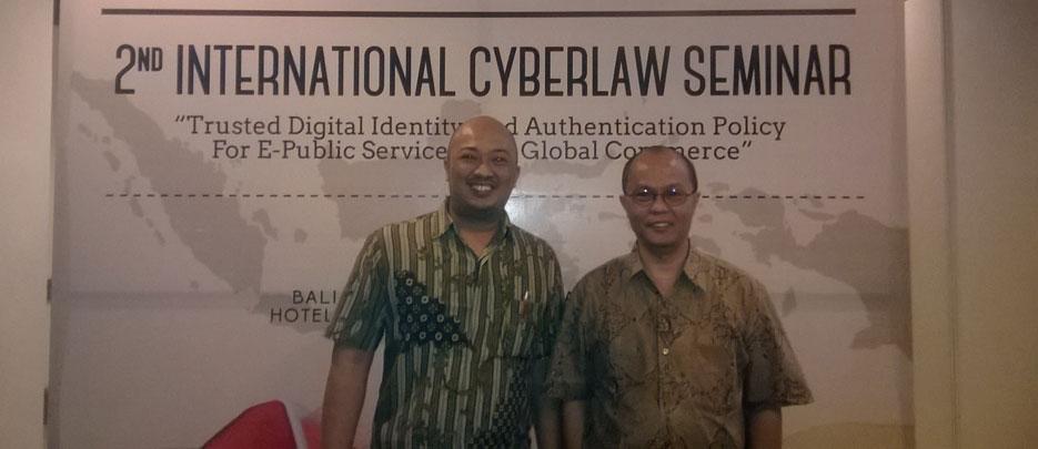 Bambang Pratama, dosen BL saat mengikuti seminar hukum siber