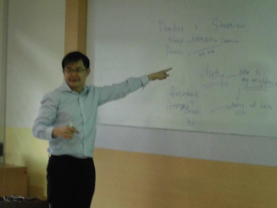 Kin-Wah Chouw (konsultan hukum dari Singapura) saat memberikan pelatihan bagi mahasiswa BL
