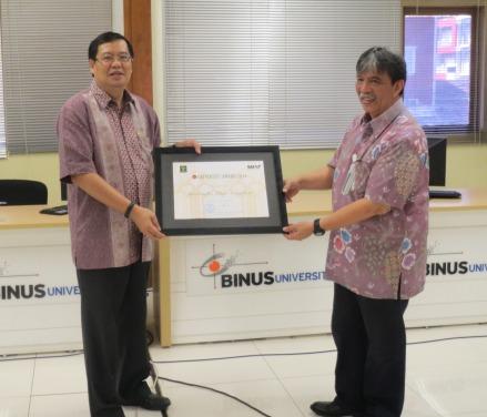 """Penyerahan """"University Award 2014"""" anugerah dari Kemenkumham RI (diteruskan oleh Dekan ke Rektor)"""