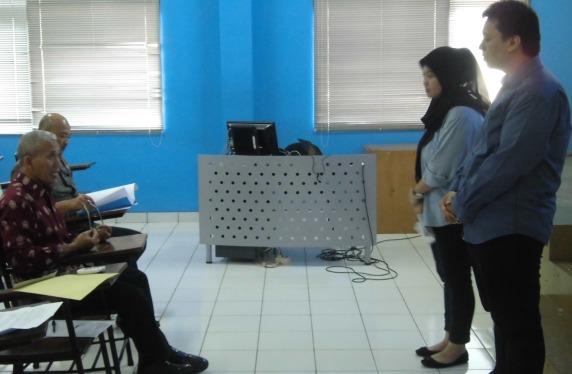 Dosen (Besar dan Bambang Pratama) sedang melakukan pengujian praproposal kepada dua orang mahasiswa.