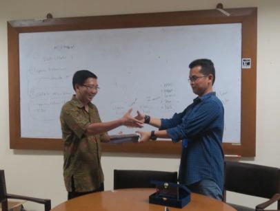 Tukar menukar cendera mata antara Sekjur Business Law Paulus A.F. Dwi Santo dan pengacara publik LBH Jakarta Alghiffari Aqsa.