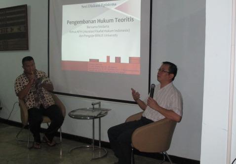 Shidarta dan Yamin dalam diskusi buku di Epistema Institute, 12 Desember 2014