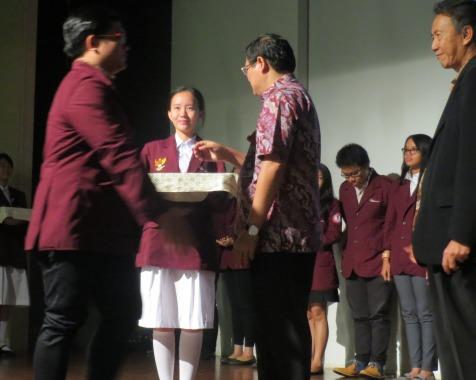 Ketua Himslaw 2015 Steven Wijaya saat mendapat ucapan selamat dari Rektor BINUS