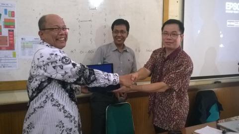 Penyerahan cendera mata kepada Ketua PGRI Padang selepas penyuluhan (Gedung SMPN 1 Padang, 4 Februari 2015)