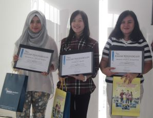 Mahasiswa dengan IPK terbaik (dari kiri): Britania, Delfina Yulis, Melati.