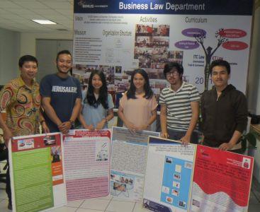 Mahasiswa menyiapkan poster masing-masing untuk acara dies natalis.