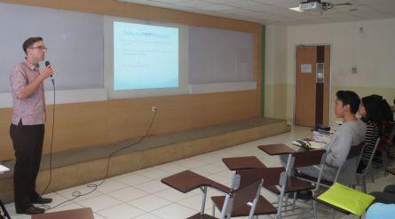 Paul J. Kellner memberi topik kuliah tentang 'thematic network analysis' untuk metode penelitian kualitatif.