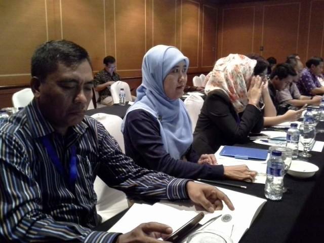 Penulis Erni Herawati (tengah) sedang mengikuti acara FGD, 11 Agustus 2015