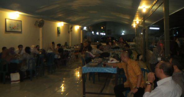 Suasana ramah tamah makan malam bersama para peserta konferensi