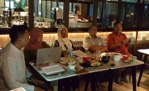Suasana diskusi di Kasenda Hotel (kiri ke kanan: moderator Erwin , Hamidah, Erna Ratnaningsih, Firmansyah, Imron)