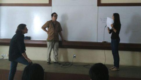 Stefan Koos saat mendengar presentasi proposal penelitian mahasiswa di kelas.
