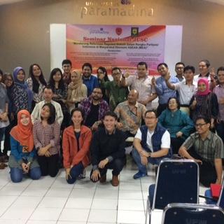 Berfoto bersama peserta seminar