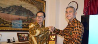 PENJAJAKAN KERJASAMA ANTARA BUSINESS LAW DENGAN LAW NATIONAL UNIVERSITY OF SINGAPORE